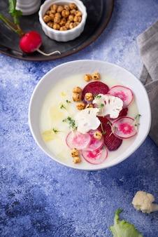 Purée de chou-fleur décorée de radis
