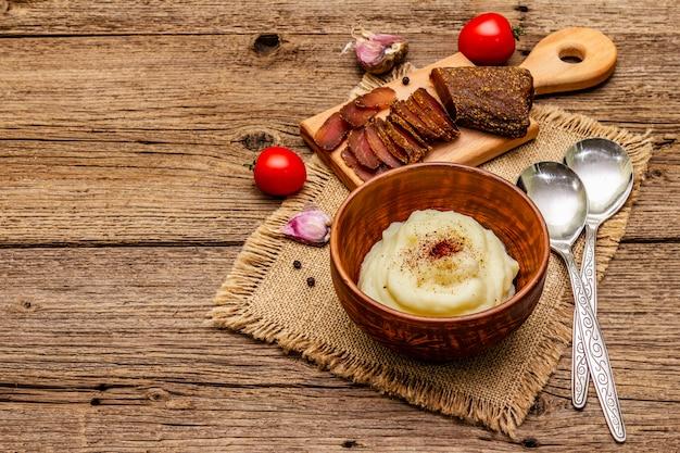 Purée de pommes de terre à l'ail de thanksgiving avec tomates fraîches et pastrami