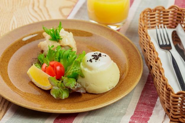 Purée de pommes de terre au jaune d'oeuf et tranche de poisson