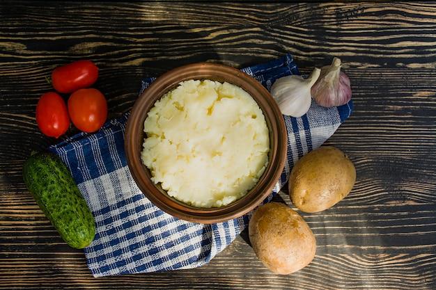 Purée de pommes de terre aux herbes sur une surface