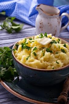 Purée de pommes de terre dans un bol bleu