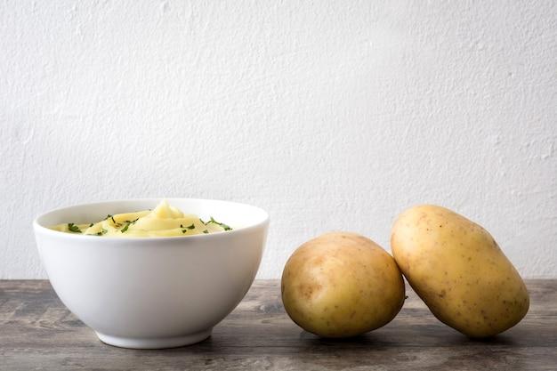 Purée de pommes de terre dans un bol en bois