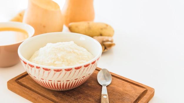 Purée de pommes de terre et soupe de potiron sur table