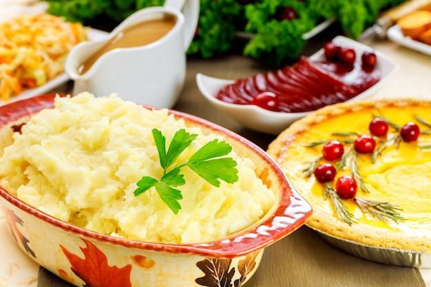 Purée de pommes de terre sur table de fête pour le jour de thanksgiving.