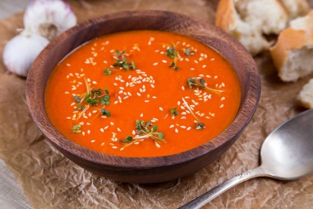 Purée de soupe aux tomates sur papier brun écrasé
