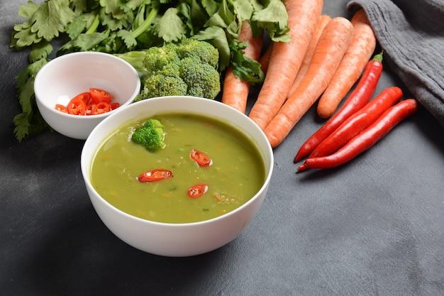 Purée de soupe de légumes mélangée crémeuse végétalienne saine avec brocoli, céleri, pois et carottes.