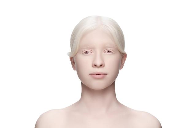 Pureté. portrait de belle femme albinos isolée sur blanc.