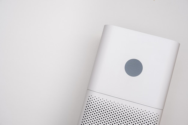 Purificateur d'air intérieur de gros plan de couleur blanche sur fond blanc. nettoyant pour la poussière et les allergies dans la maison.