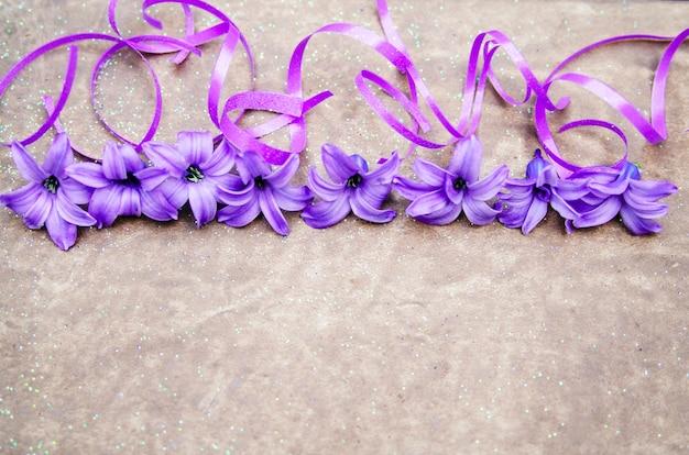 Purple petites fleurs de jacinthe et de confettis avec un espace vide pour le texte.