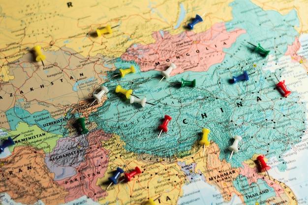 Push pins sur la carte du monde.