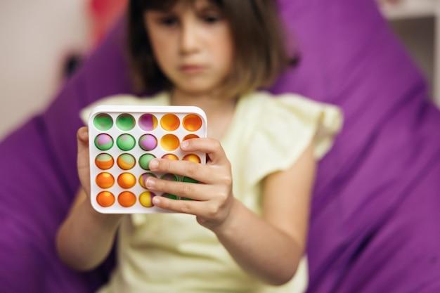 Push pop bubble fidget toys jouets sensoriels pour enfants mains d'enfant jouant avec antistress pop it