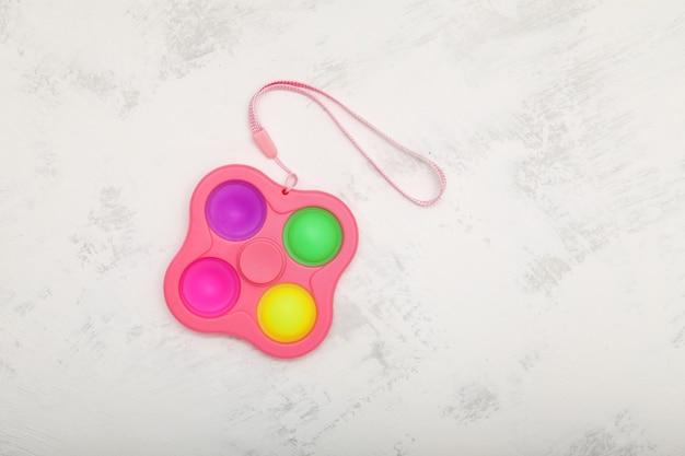 Push pop fidget toy simple fossette pop it sur fond gris clair espace de copie vue de dessus