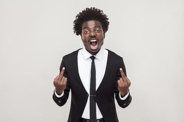 Putain de signe. homme africain pointant du doigt la caméra. prise de vue en studio