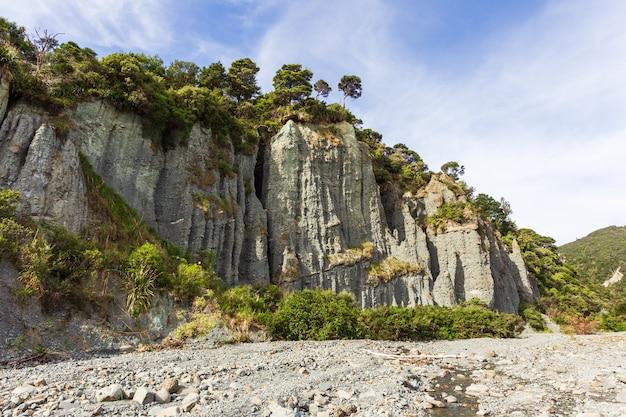 Putangirua pinnacles. falaises abruptes de la nouvelle-zélande. île du nord