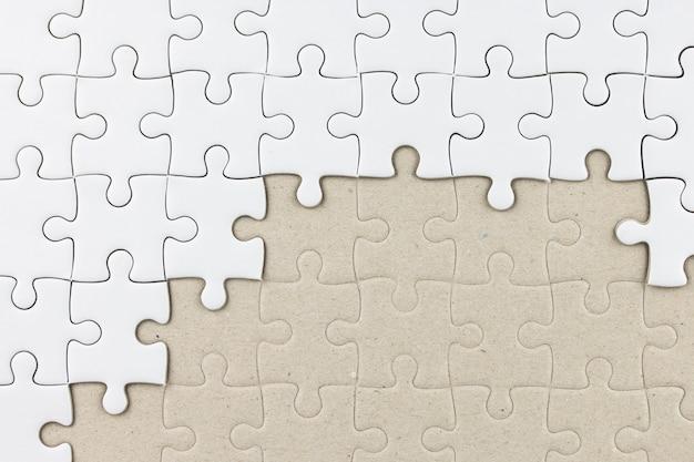 Puzzle blanc comme toile de fond