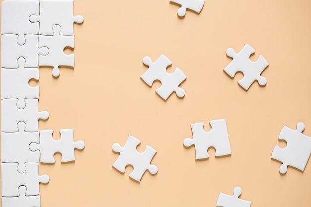 Puzzle blanc inachevé