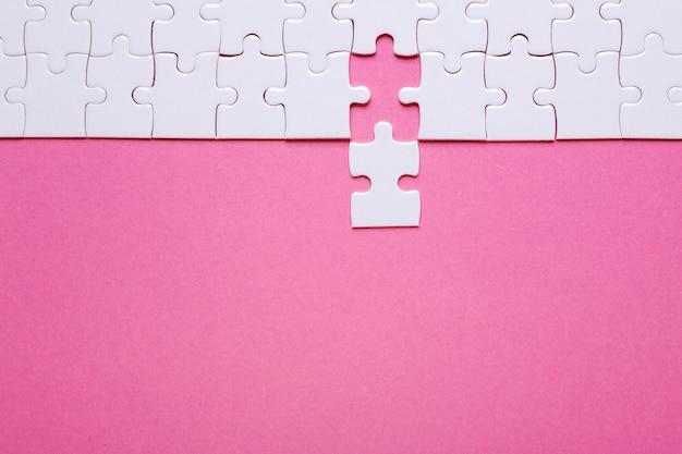Puzzle blanc sur la pièce manquante. fond de fond