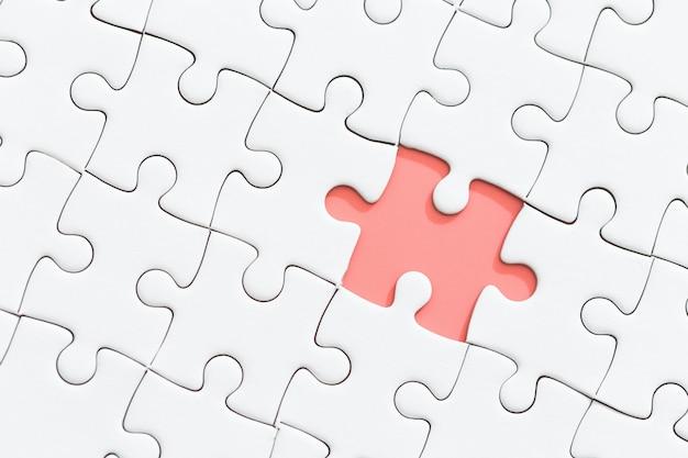 Puzzle blanc avec pièce manquante.