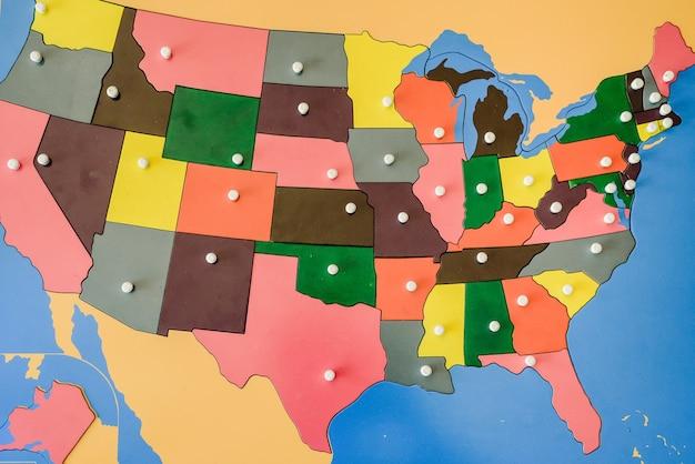 Puzzle avec carte des états des états-unis d'amérique dans une salle de classe montessori.