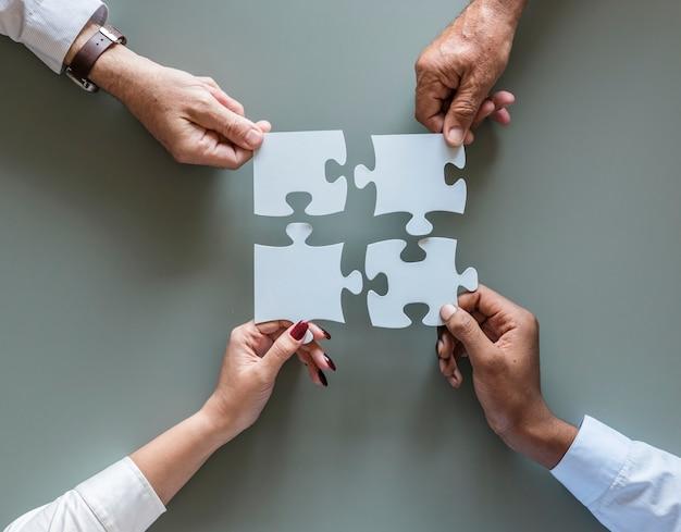 Puzzle de coopération entreprise travail d'équipe isolé