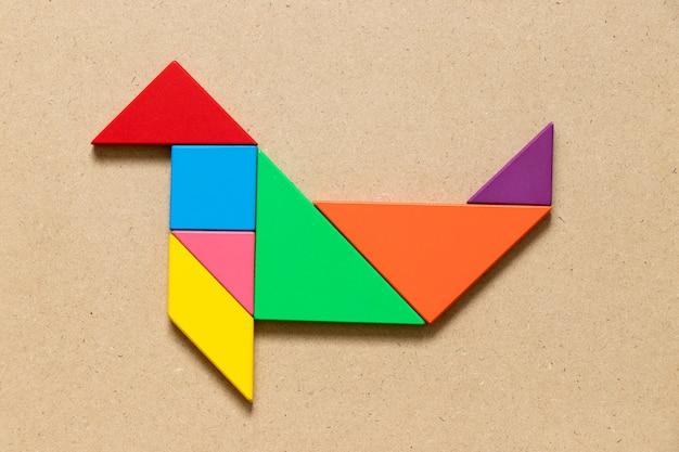 Puzzle de couleur tangram en forme de phoque ou de lion de mer sur fond de bois