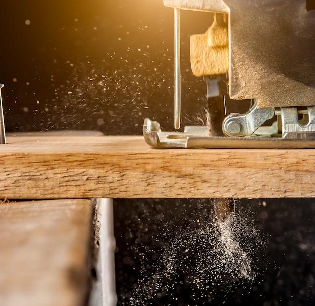 Puzzle électrique couper un morceau de bois