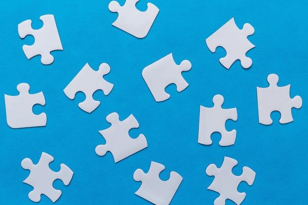 Puzzle sur fond bleu