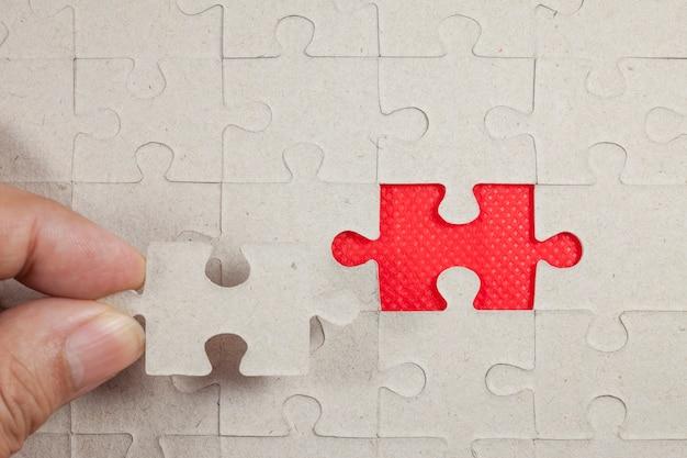 Puzzle sur fond rouge.