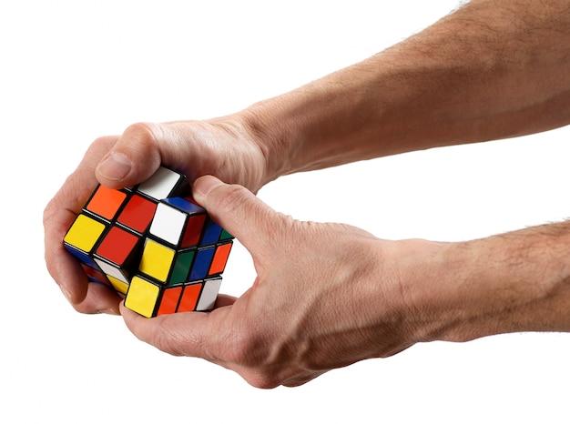 Puzzle homme tordant un cube de rubik