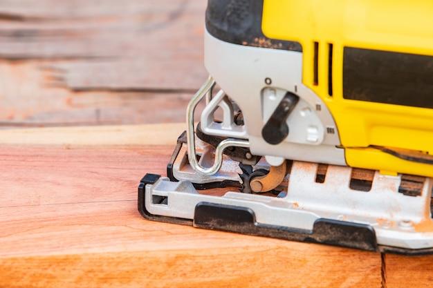 Le puzzle jaune pour le travail du bois.