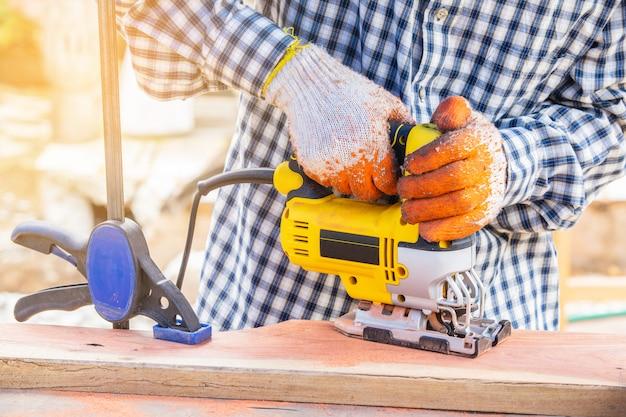 Le puzzle jaune pour le travail du bois