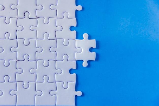 Puzzle avec un morceau manquant révélant