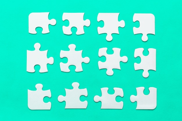 Puzzle avec pièce manquante sur fond de menthe