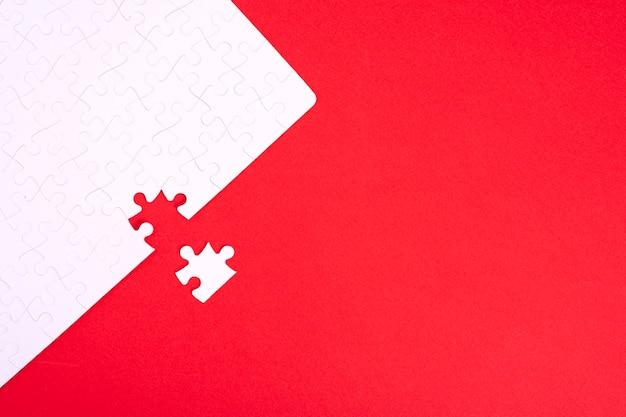Puzzle de pièces blanches sur fond rouge avec place pour votre texte