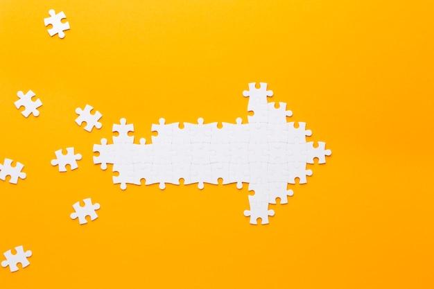 Puzzle pièces flèche en cours de formation