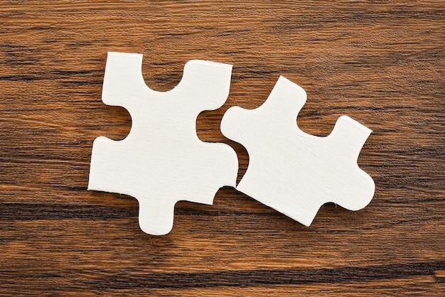 Puzzle sur la vue de dessus de fond en bois