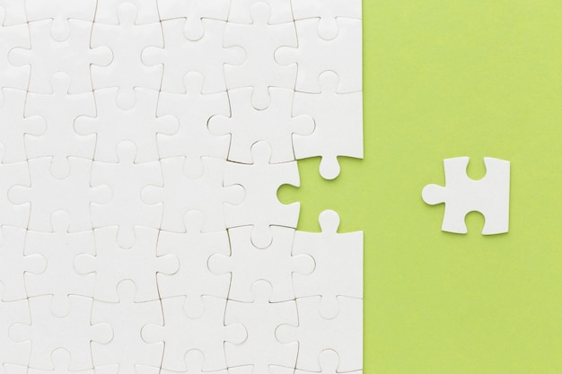 Puzzle vue de dessus avec une pièce à côté