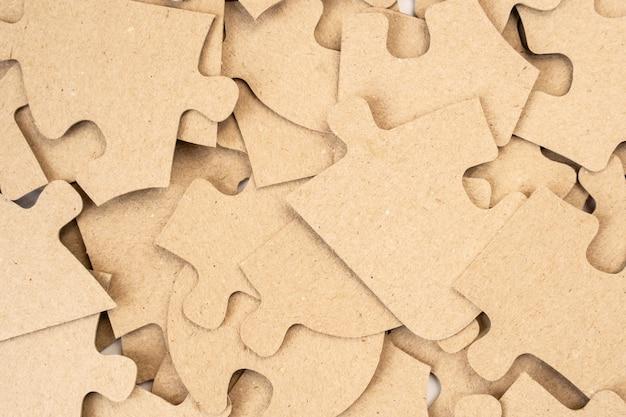 Des puzzles en carton en arrière-plan se bouchent.