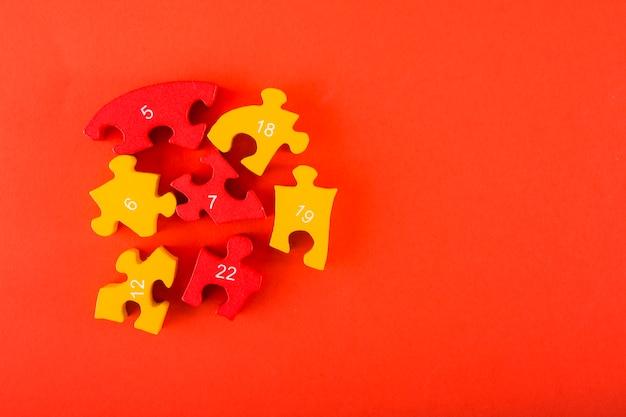 Puzzles avec des chiffres sur fond rouge