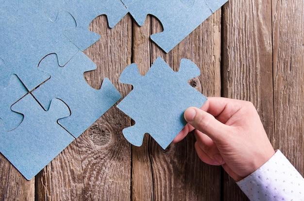 Des puzzles incomplets se trouvant sur des planches rustiques en bois.