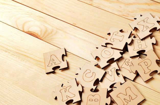 Puzzles avec des lettres sur des planches de bois