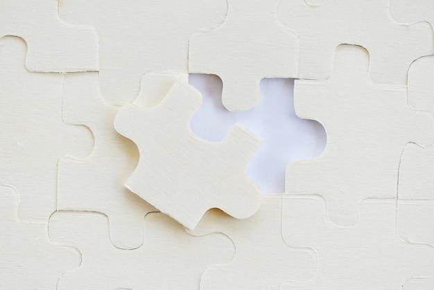 Puzzles sur des pièces de puzzle blanches sur une texture
