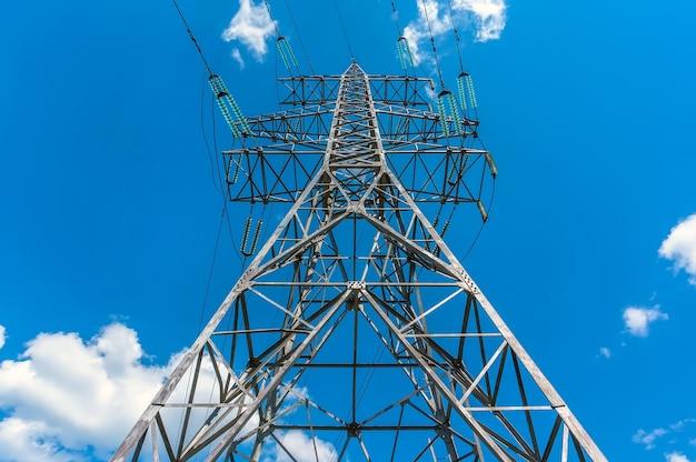Pylône d'alimentation de tour de transmission d'électricité avec un fond de ciel bleu