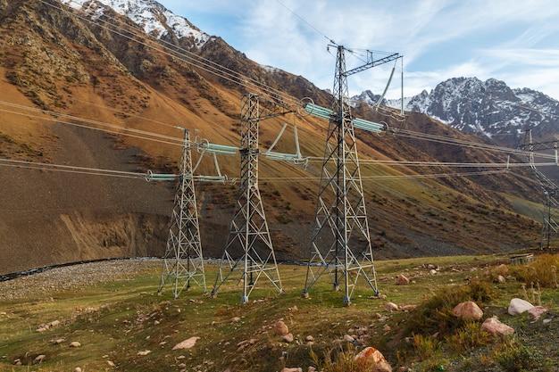 Pylône électrique dans une gorge de montagne au kirghizistan