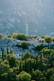 Pylône de ligne électrique dans les montagnes