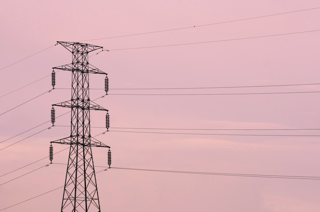 Pylônes électriques avec ciel rose, coucher de soleil