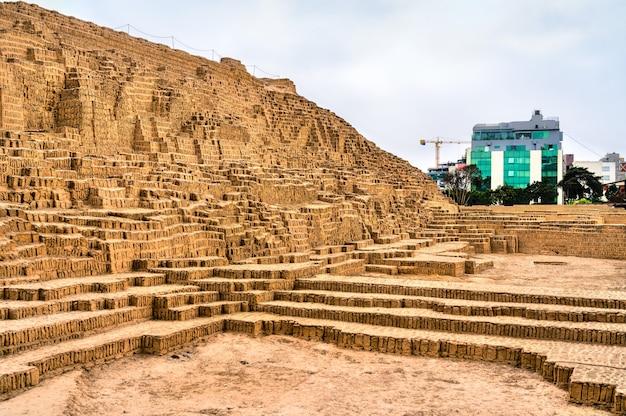 Pyramide d'adobe de huaca pucllana à lima pérou