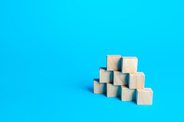 Pyramide de blocs de bois. diapositive pour la présentation espace de copie