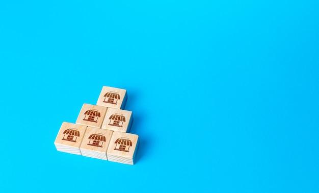 Pyramide de blocs avec symboles de magasin concept de franchise franchise d'entreprise association commerciale