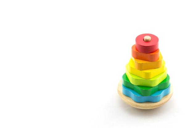 Pyramide construite à partir d'anneaux en bois colorés jouet pour bébés et tout-petits pour apprendre joyeusement la mécanique